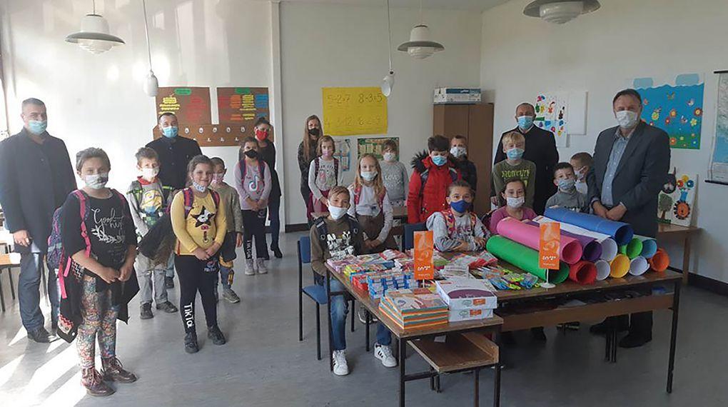 Donirana nastavna sredstva i oprema učenicima povratnicima u općinu Prnjavor